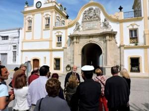 Rafael Ibañez durante sus explicaciones, frente a las Puertas del Mar.