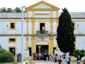 Los visitantes en dirección al Penal de las Cuatro Torres.