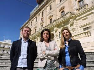 Patricia Cavada, candidata del PSOE a la alcaldía, junto a Conrado Rodríguez (número 2) y Claudia Márquez (número 3).