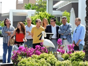Frente a la escultura de la Espátula colocada en Bahía Sur.