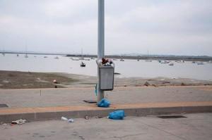 Papelera desbordada en el Puerto de Gallineras. Fotografía extraída del grupo 'San Fernando enfadado'