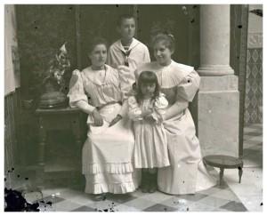 Parte de la familia Lazaga, en el patio de su vivienda.