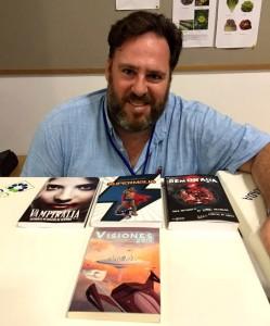 El autor junto a las tres antologías + 'Visiones 2015'.