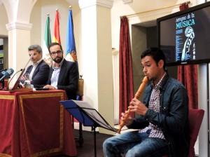 Alberto Domínguez, tocando durante la presentación del ciclo.
