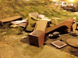 Muebles acumulados en zonas verdes.