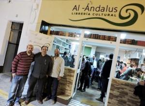 Francisco Guerrero y Gonzalo Alías frente a la nueva librería.