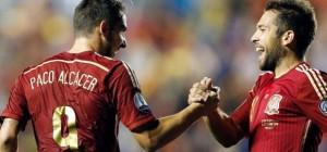 Paco Alcacer celebra uno de sus goles con España