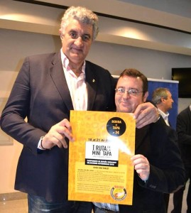 Lolo Picardo sostiene el cartel junto al ex-jugador de Baloncesto, Fernando Romay.