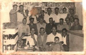 Vecinos de la época en el 'güichi' de Cristóbal de la calle Carmen.