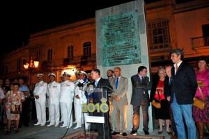 El autor del artículo, durante la inauguración del monumento a Las Cortes.