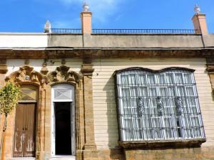 Casa de arquitectura vernácula con portada en piedra ostionera.