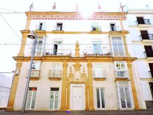 Magnífica restauración de una casa barroca con decoraciones esgrafiadas en la calle Real.