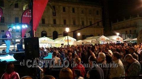 La Plaza del Rey llena total durante el concierto de Fran Ocaña.
